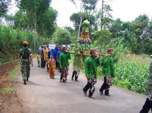 Gunungan Sayuran diarak masyarakat