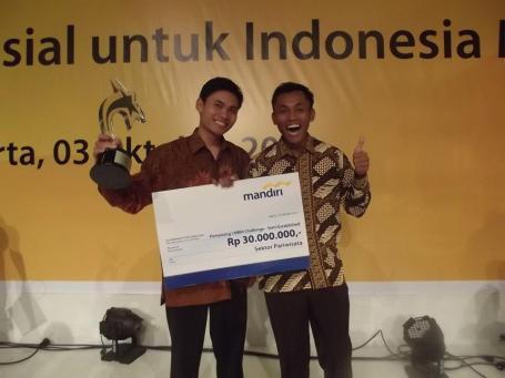 Saat Penerimaan Hadiah Pemenang I Lomba Wirausaha Sosial tahun 2012